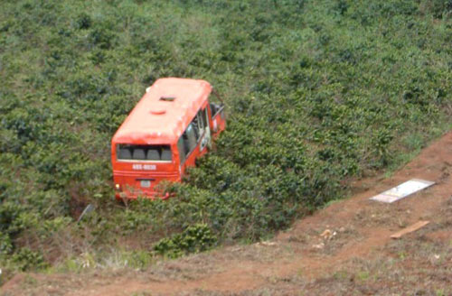 Xe buýt lao vực 100m, 3 người thương vong - 2