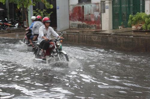 TPHCM: Vừa mới mưa, đường đã ngập - 1