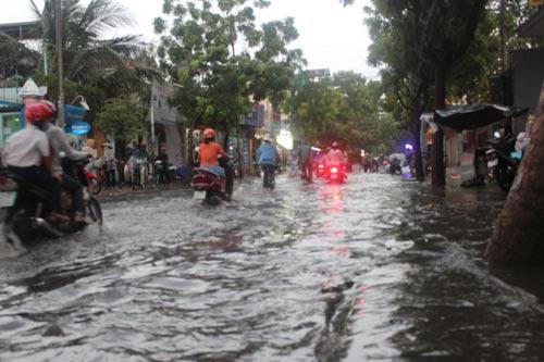 TPHCM: Vừa mới mưa, đường đã ngập - 2