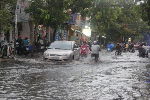TPHCM: Vừa mới mưa, đường đã ngập - 3