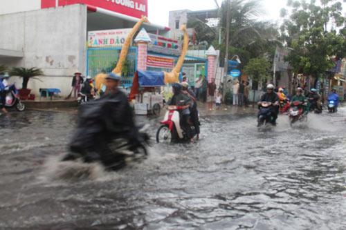 TPHCM: Vừa mới mưa, đường đã ngập - 4