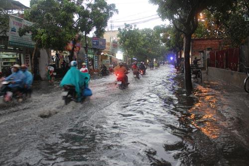 TPHCM: Vừa mới mưa, đường đã ngập - 5