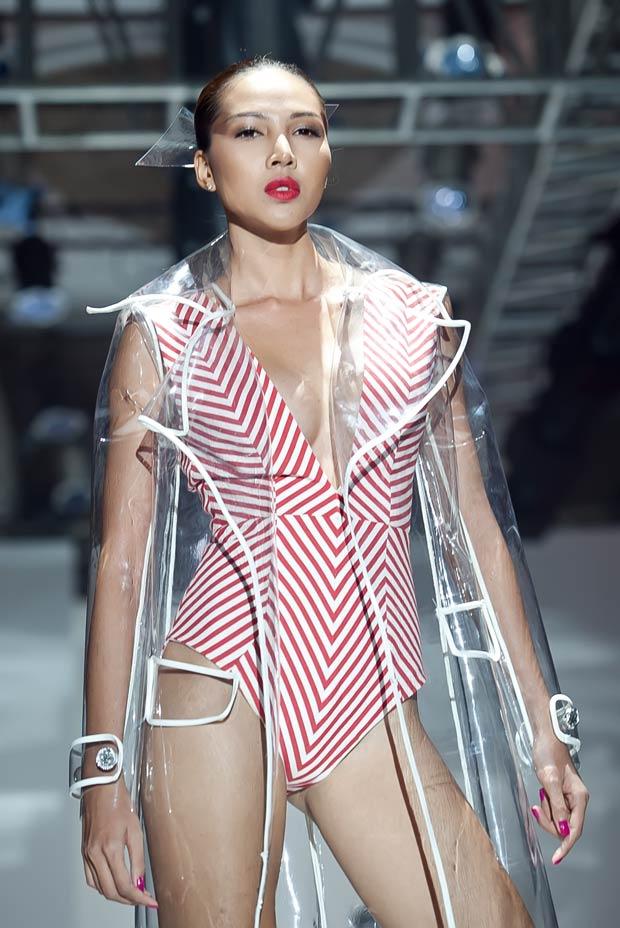 Minh Triệu lấp ló khuôn ngực no tròn - 4