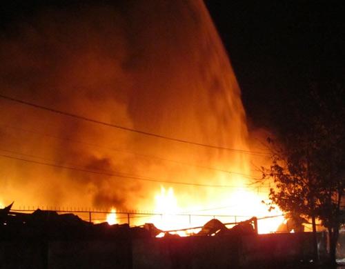 Chùm ảnh: Cháy lớn chưa từng có ở Bình Dương - 1