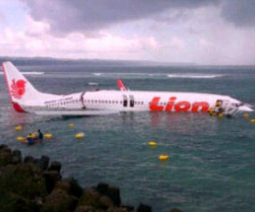 Indonesia: Máy bay chở 172 khách lao xuống biển - 1