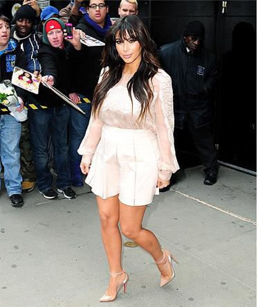 Đỏm dáng như bà bầu Kim Kardashian - 17