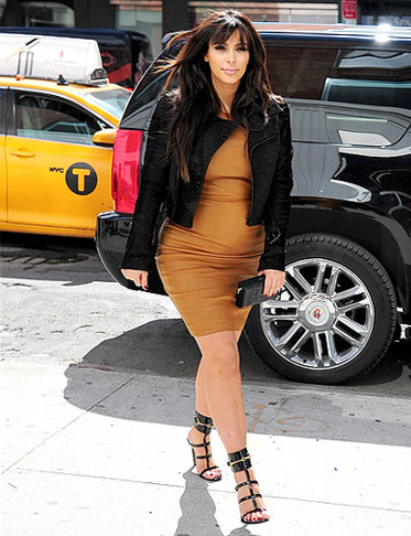 Đỏm dáng như bà bầu Kim Kardashian - 19