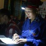 Giáo dục - du học - Bà già học chữ i tờ