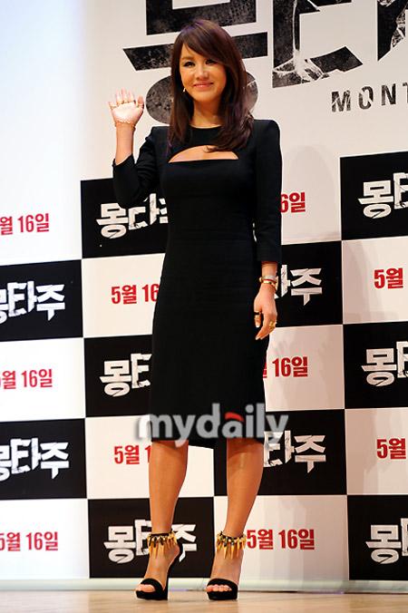 Sao Hàn phô diễn thềm ngực sexy tuổi 44 - 1
