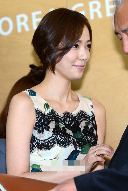 Sao Hàn phô diễn thềm ngực sexy tuổi 44 - 9