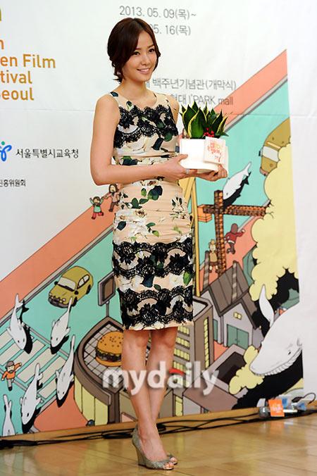 Sao Hàn phô diễn thềm ngực sexy tuổi 44 - 11