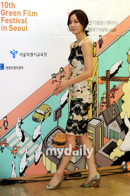 Sao Hàn phô diễn thềm ngực sexy tuổi 44 - 12