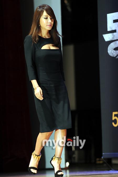 Sao Hàn phô diễn thềm ngực sexy tuổi 44 - 2