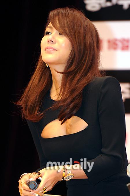Sao Hàn phô diễn thềm ngực sexy tuổi 44 - 6