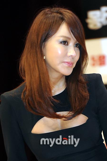Sao Hàn phô diễn thềm ngực sexy tuổi 44 - 7