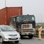 Tin tức trong ngày - Xe container kéo lê, tông gãy chân CSGT