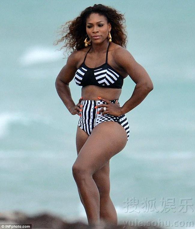 """Dù không có được thân hình  """" gợi cảm """"  như những người mẫu bikini, nhưng thi thoảng Serena Williams vẫn được mời chụp hình mặc đồ 2 mảnh."""