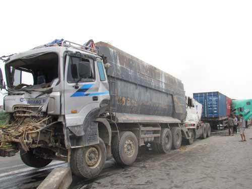 Xe tải hạng nặng đâm nhau liên hoàn - 1