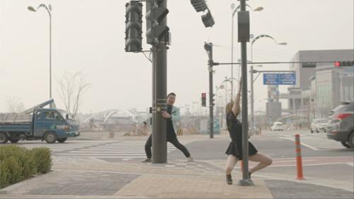 MV mới của cha đẻ Gangnam Style quá bạo - 11