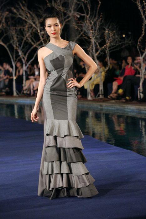 Hoa hậu Thùy Dung e dè giữ váy - 4