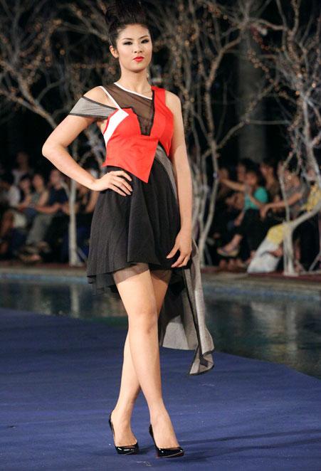 Hoa hậu Thùy Dung e dè giữ váy - 6