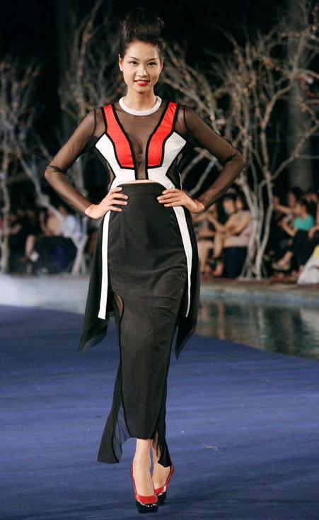 Hoa hậu Thùy Dung e dè giữ váy - 9