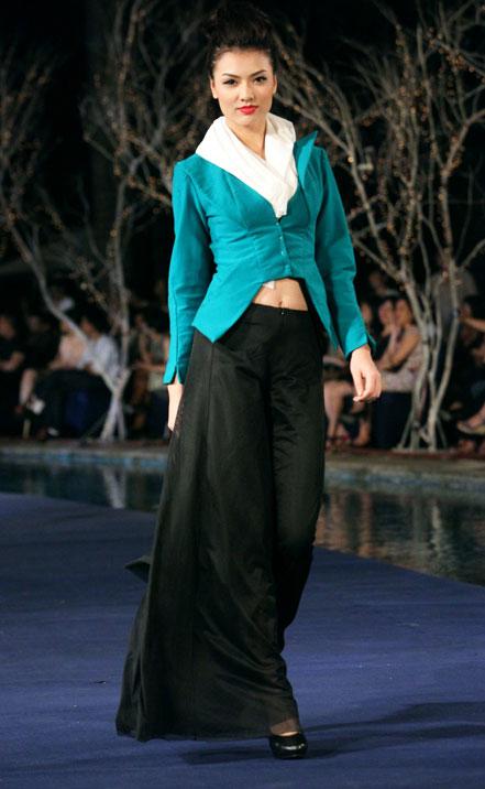 Hoa hậu Thùy Dung e dè giữ váy - 10