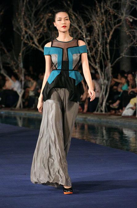Hoa hậu Thùy Dung e dè giữ váy - 3