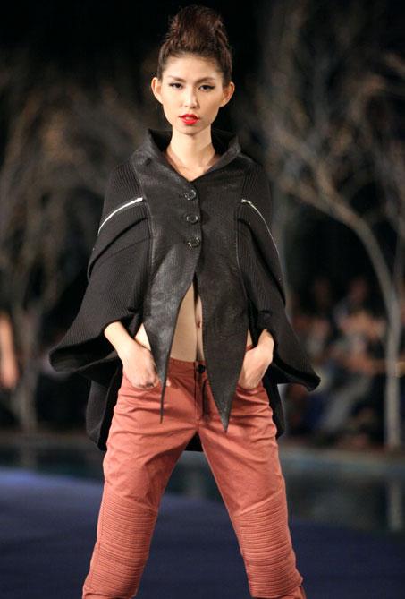 Hoa hậu Thùy Dung e dè giữ váy - 16