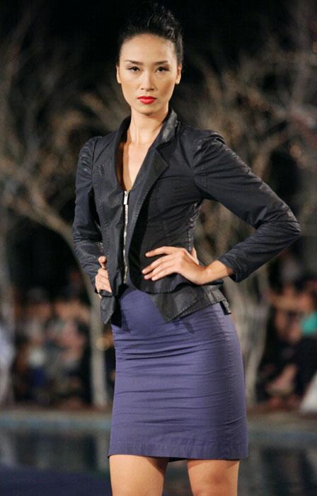 Hoa hậu Thùy Dung e dè giữ váy - 17