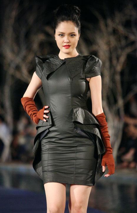 Hoa hậu Thùy Dung e dè giữ váy - 18