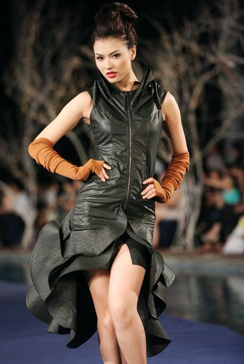 Hoa hậu Thùy Dung e dè giữ váy - 11