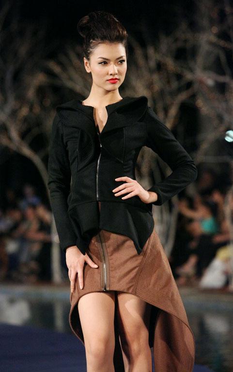 Hoa hậu Thùy Dung e dè giữ váy - 12