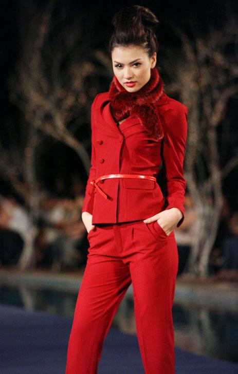Hoa hậu Thùy Dung e dè giữ váy - 13