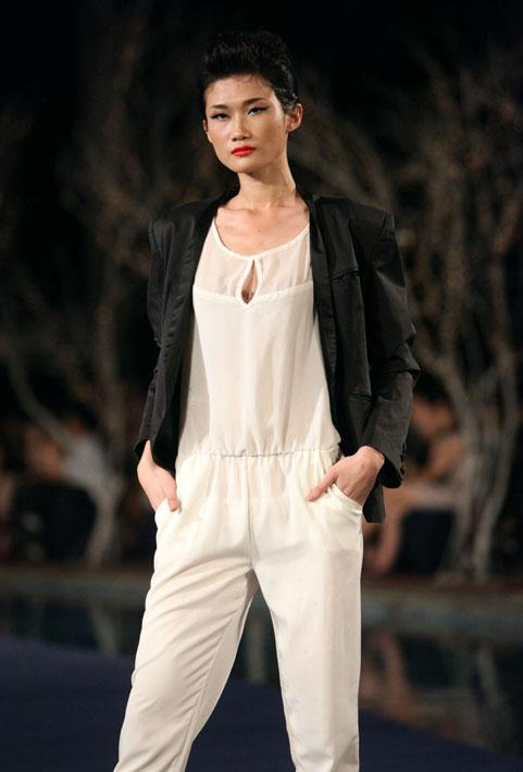 Hoa hậu Thùy Dung e dè giữ váy - 19
