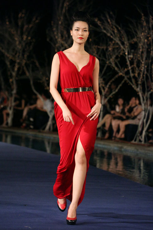 Hoa hậu Thùy Dung e dè giữ váy - 1