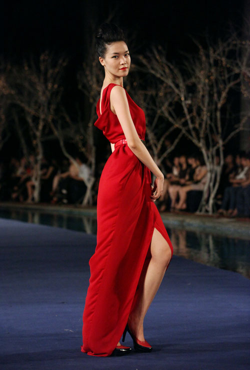 Hoa hậu Thùy Dung e dè giữ váy - 2