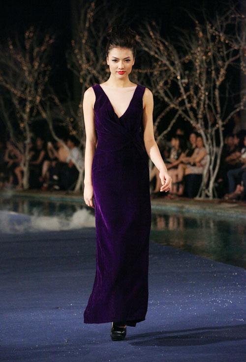 Hoa hậu Thùy Dung e dè giữ váy - 14
