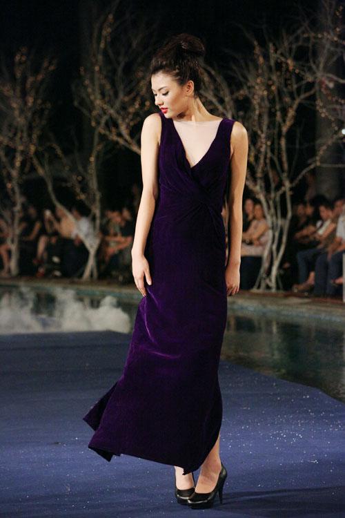 Hoa hậu Thùy Dung e dè giữ váy - 15