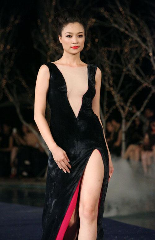 Hoa hậu Thùy Dung e dè giữ váy - 20