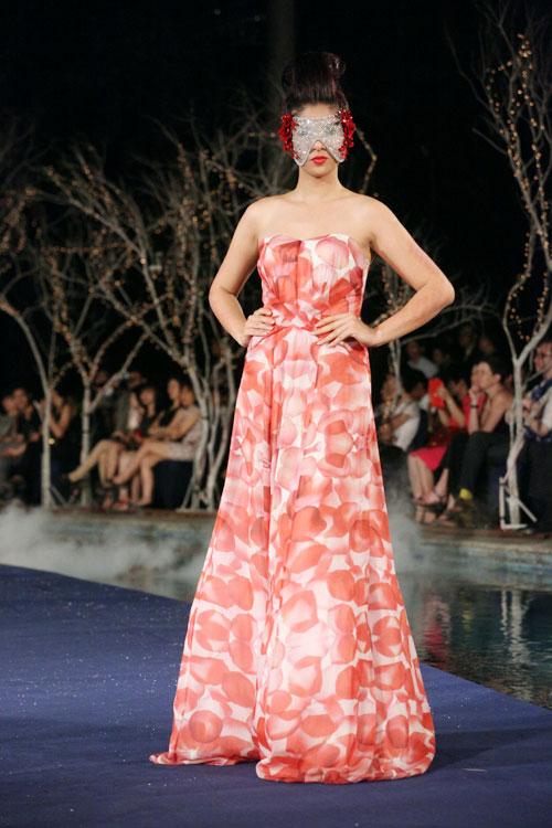 Hoa hậu Thùy Dung e dè giữ váy - 7