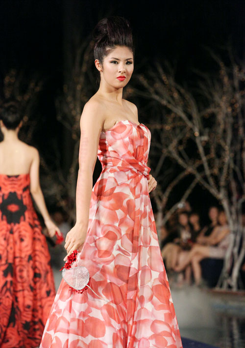Hoa hậu Thùy Dung e dè giữ váy - 8