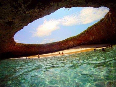 Thăm bãi biển tuyệt đẹp nằm dưới hố sâu - 1