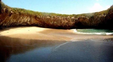 Thăm bãi biển tuyệt đẹp nằm dưới hố sâu - 2