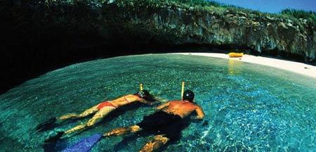 Thăm bãi biển tuyệt đẹp nằm dưới hố sâu - 7