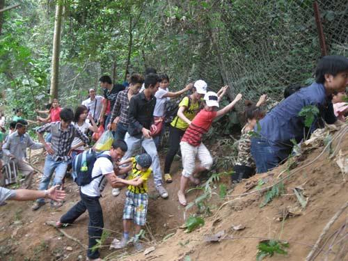 Xé rào, leo dốc dâng hương đền Hùng - 1