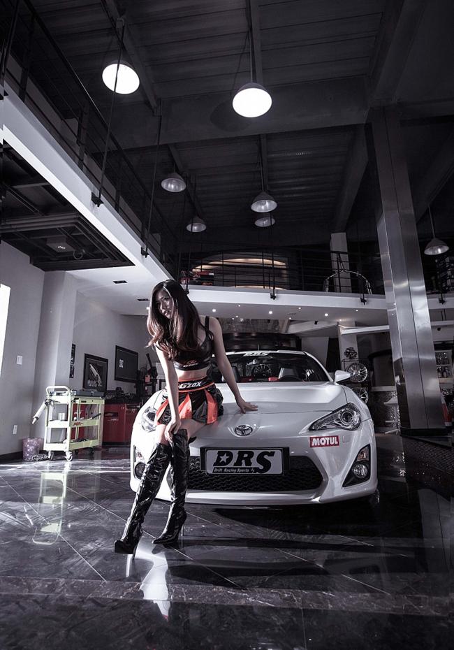 Sắm vai cô nàng thợ sửa xe, người đẹp có dịp khoe những đường cong gợi cảm của mình bên chiếc xế yêu.