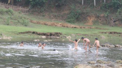 Đi chụp ảnh bên bờ suối, 3 người chết đuối - 1