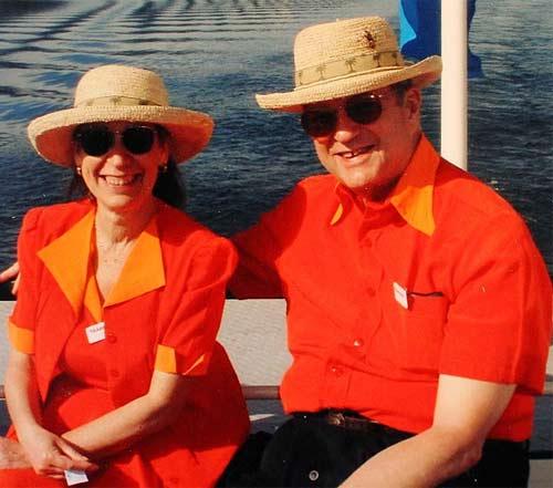 Vợ chồng 35 năm chỉ mặc áo cặp - 2