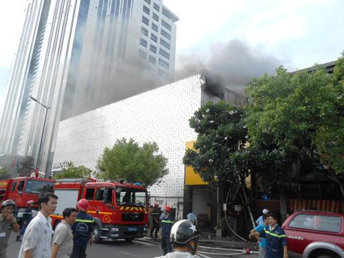 Cháy lớn tại bar Ba Rốc Cô nổi tiếng SG - 2